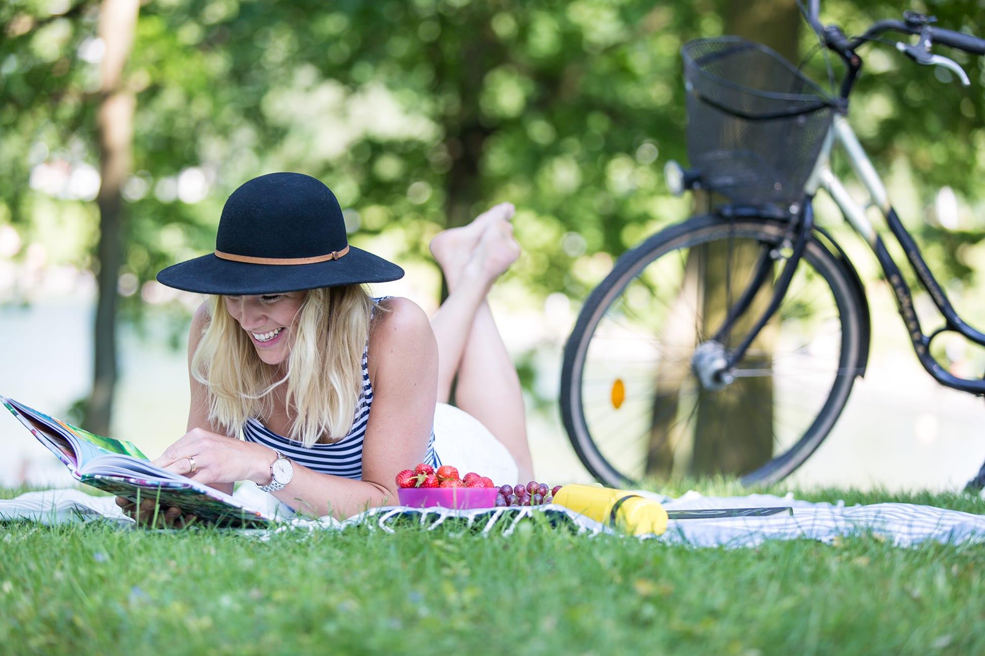reklamfotograf tjej cykel hatt-skovde-tuana-01